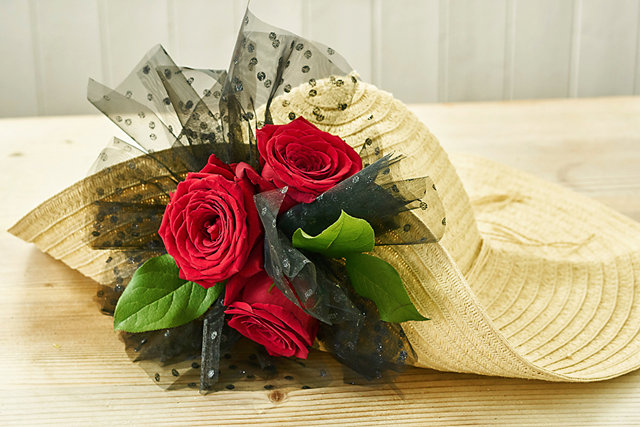 flowers-on-kentucky-derby-hat-roses-leaves-pouf